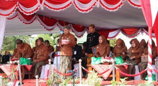 Bupati Sumenep, A. Busyro Karim, saat memimpin upacara memperingati Hari Jadi Kabupaten Sumenep ke-750, di halaman Masjid Jamik setempat.