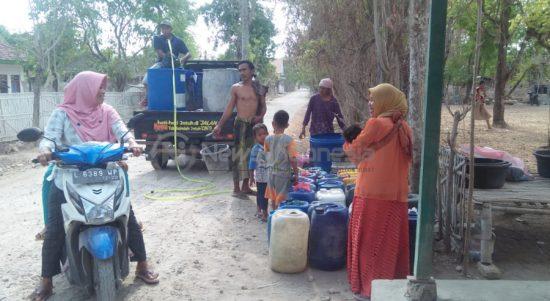 Warga Desa Lombang, tampak antusias mengangkut air bersih yang didistribusikan dari para relawan Giliraja.