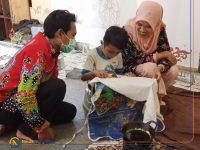 TELATEN: Manager Batik Rato WMS, Zuhdi saat mendampingi peserta di peringatan Hari Batik Nasional, 2 Oktober 2020.