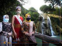 Foto: Putri Indonesia 2020 Ayu Maulida Putri, saat berkunjung di salah satu wisata Air Terjun Toroan di kota bahari Sampang Madura.