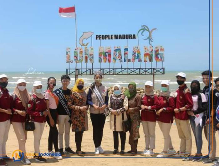 Foto: Sesi foto bersama Putri Indonesia 2020, saat berkunjung di wisata Pantai Lon Malang, kota bahari Sampang Madura.