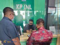 Foto: Sejumlah warga saat meminta penundaan lelang tanah miliknya yang digunakan sebagai jaminan di salah satu BPR di Kecamatan Genteng, Kabupaten Banyuwangi, ke KPKNL Jember.