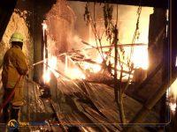 Foto; Proses pemadaman api di rumah yang berada di pinggir Jalan Letjen Sutoyo, Kelurahan Kebonsari, Kecamatan Sumbersari, Jember.