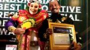 Foto: Kades Sekapuk, Abdul Halim saat menerima penghargaan Pariwisata di Harris Hotel & Residences Sunset Road Bali.