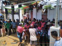 BERJUBEL: Peserta event karapan sapi saat berada di luar Lapangan Giling Sumenep (Wakid Maulana)