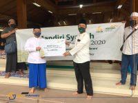 Foto: Bank Syariah Mandiri Kalisat Jember, saat menyerahkan secara simbolis 100 sak Beras ukuran 5 kg, kepada salah seorang warga disekitar Ponpes Al Ghofilin.