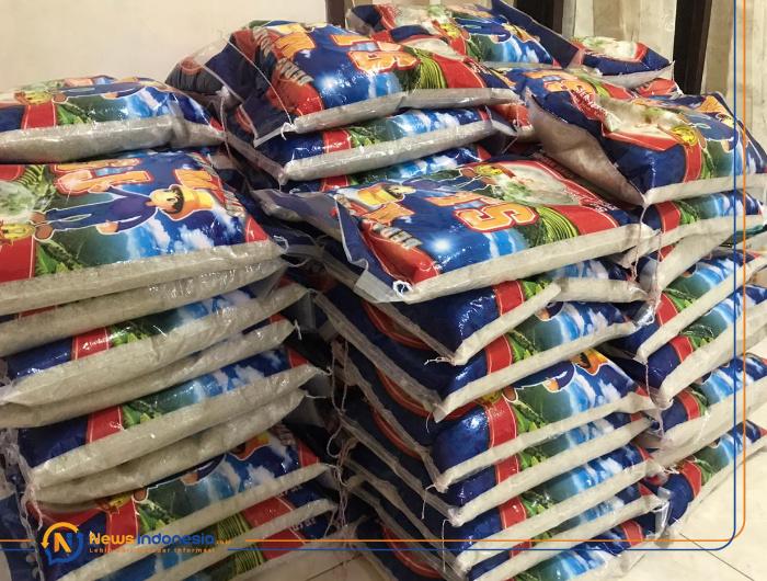 Foto: 100 sak beras ukuran 5 kilogram yang siap disalurkan oleh kantor Kas Bank Syariah Mandiri Kalisat Jember.