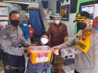Foto: Kapolres Gresik AKBP Arief Fitrianto saat menyerahkan bansos Covid-19 ke penyandang disabilitas.