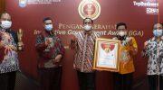 Penerimaan penghargaan Innovative Goverment Award 2020 dari Menteri Dalam Negeri RI. Bupati Sumenep diwakili langsung oleh Asisten III Agus Dwi Saputra, didampingi Kepala Bappeda Sumenep, Yayak Nur Wahyudi serta Kabag Rrotokol Joko Sigit Supraworo.