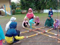 Foto; Sejumlah anak di Komplek Perumahan Tegal Besar Permai, Kecamatan Kaliwates, Jember, saat berkumpul dan bermain bersama, dengan tetap menjalankan protokol kesehatan.