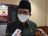 Ketua DPRD Sumenep, Abdul Hamid Ali Munir, saat diwawancara sejumlah media. (Foto: Wakid Maulana)