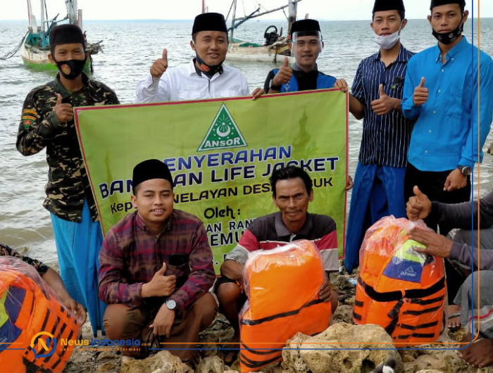 Pimpinan Ranting GP. Ansor Lobuk, Sumenep, saat menyerahkan bantuan Life Jacket kepada nelayan desa setempat.
