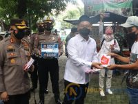 Foto: KWG bersama Bupati-Wabup terpilih, Kapolres, Kasdim dan Kadinkes Gresik saat bagikan masker ke masyarakat.