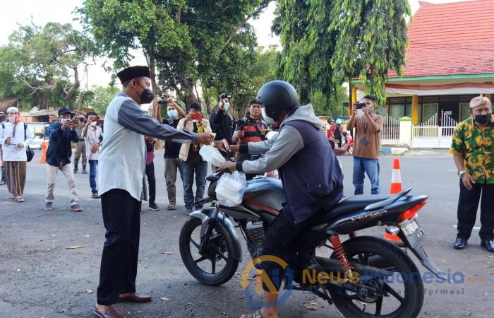 Foto: Bupati Sumenep, Achmad Fauzi, saat membagikan takjil gratis di depan labheng mesem, Pendopo Agung Keraton Sumenep. Selasa (13/4/2021) sore.