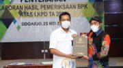 Foto: Bupati Sumenep, Achmad Fauzi, saat menerima opini Wajar Tanpa Pengecualian (WTP) dari Badan Pemeriksa Keuangan (BPK) RI, di Sidoarjo.