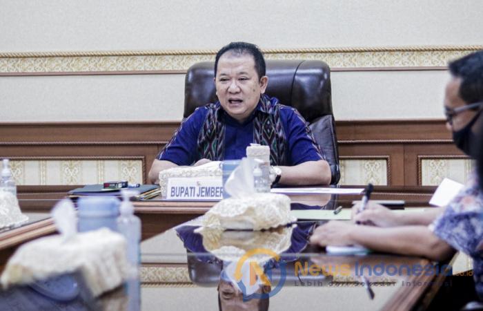 Foto: Bupati Jember, Hendy Siswanto saat menggelar rapat koordinasi dengan jajaran Bagian Hukum Sekretariat Daerah Jember.