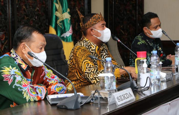 Foto: Bupati Sumenep, Achmad Fauzi, saat menggelar diskusi Kelompok Terfokus/Focus Group Discussion (FGD) Pembinaan dan Penataan Gudang Toko, di Kantor Bupati.