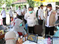 Foto: Bupati Sumenep, Achmad Fauzi, saat meninjau proses vaksinasi untuk warga, hal itu akan dilaksanakan di setiap kecamatan secara bergiliran guna percepatan vaksinasi.