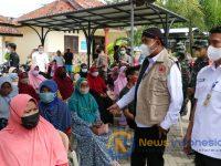 Foto: Bupati Sumenep, Achmad Fauzi, berbincang dengan warga saat meninjau pelaksanaan vaksinasi massal di kantor Kecamatan Kota.