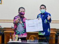 Foto: Bupati Hendy Siswanto (kiri) dan Kepala BPJS Ketenagakerjaan (kanan) Menandatangani Nota Kesepakatan.
