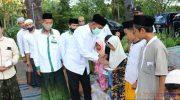 Foto: Bupati Sumenep, Achmad Fauzi, saat memberikan santunan kepada anak yatim.