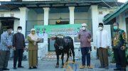 Foto: Wakil Bupati Sumenep, Hj. Dewi Khalifah, saat penyerahan hewan kurban kepada Masjid Jamik Sumenep.