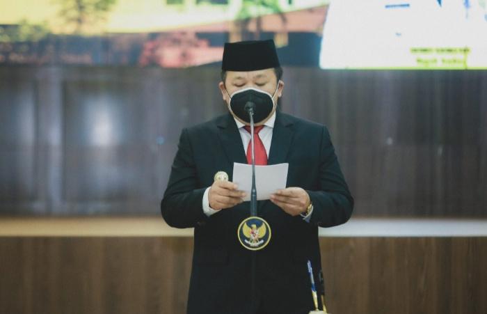 Foto: Bupati Jember, Hendy Siswanto, saat menyampaikan permintaan maaf disela rapat paripurna bersama DPRD Jember.