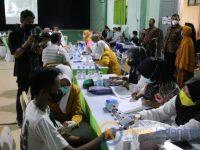 Sejumlah siswa SMAN 1 Kalianget, saat mengikuti program vaksinasi Covid-19.