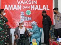 Bupati Sumenep, Achmad Fauzi, saat meninjau langsung proses vaksinasi bagi para santri dan masyarakat umum, di Pondok Pesantren Al-Ittihad, Desa Lembung Timur, Kecamatan Lenteng. (Foto: Sumenepkab.go.id)