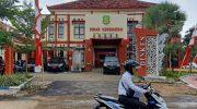 Foto: Pengendara motor saat melintas di depan kantor Dinas Kesehatan (Dinkes) Kabupaten Sumenep.