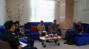 Foto; Kabag Perekonomian Setdakab Sumenep, Ach. Laili Maulidy, saat berkoordinasi dengan Bea Cukai Madura, tentang operasi pemberantasan rokok ilegal.