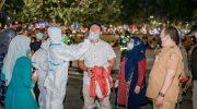 Foto: Salah satu warga menjalani tes swab di alun-alun Jember, saat Bupati melakukan inspeksi pada malam hari di tempat keramaian umum.